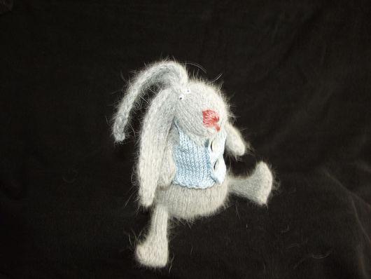 Заяц вязаный в жилетке
