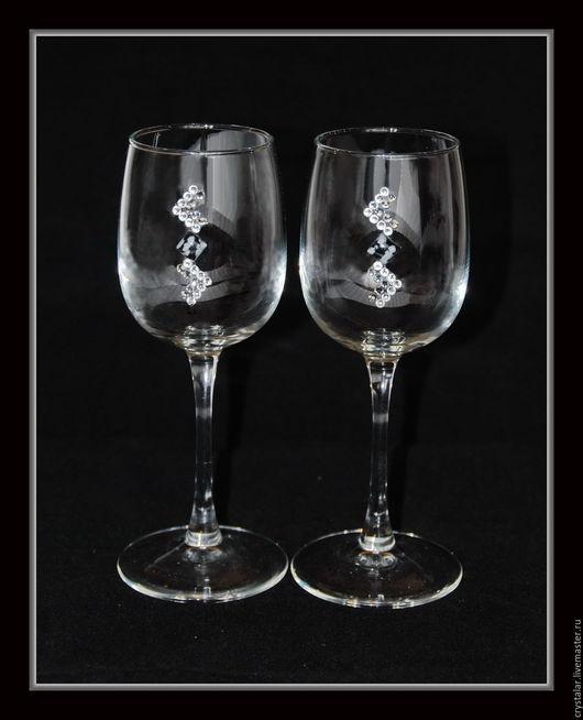 Бокалы для вина. В наборе 2шт. Объёмом 300мл. Высота бокала 20,5см. Инкрустированы кристаллами хрусталя Preciosa (Чехия) и природным минералом Снежный обсидиан. Упакованы в  подарочную коробку.