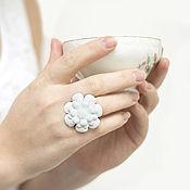 Украшения ручной работы. Ярмарка Мастеров - ручная работа Кольцо с цветком из белой кожи. Handmade.