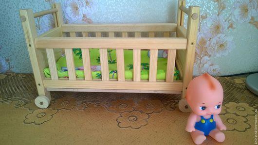 Кроватка детская кукольная  на колесиках