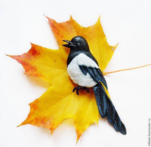 Брошь из кожи Украшения ручной работы Броши ручной работы Брошь купить Чёрно-белый Желтый Брошь птица Брошь птичка Сорока брошь Брошь птица купить Авторские украшения