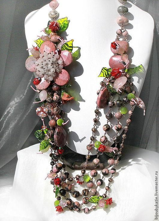 Многорядное колье из природного родонита, розового кварца, стеклянных бусин лэмпворк с оригинальным крупным цветком и божьими коровками