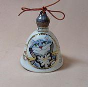 """Сувениры и подарки ручной работы. Ярмарка Мастеров - ручная работа Авторский фарфоровый колокольчик """"Чеширский кот и белый кролик"""". Handmade."""