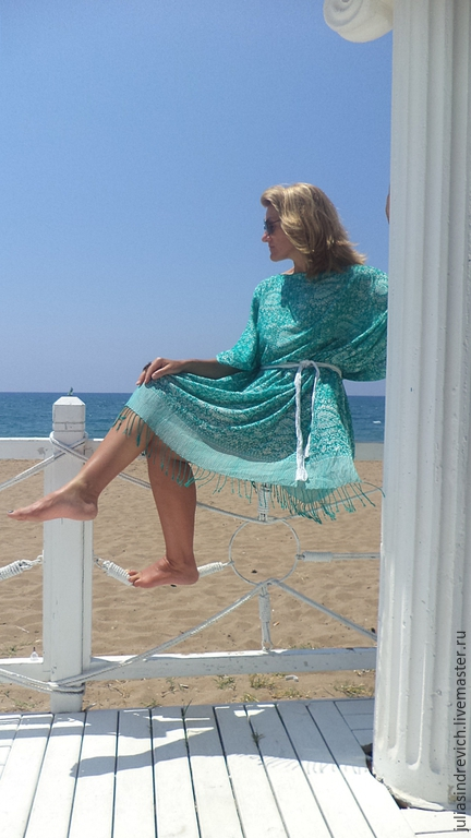 М_008 Платье-туника бело-зеленая с бахромой+пояс, набивной этнический рисунок, 100 % шелк. Можно носить с поясом,без пояса и заколов сзади переднее полотнище декоративной булавкой.