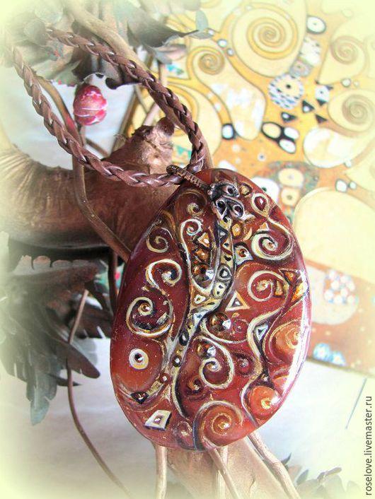роспись на камне Кулон `Древо жизни`Катерины Аксеновой. написан по мотивам картины Густава Климта. Этот камушек мне сразу `подсказал`,что именно изобразить на нем)