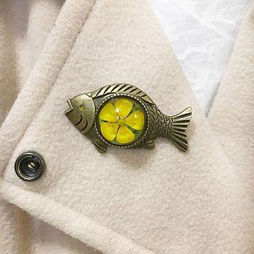 Украшения ручной работы. Ярмарка Мастеров - ручная работа Брошь рыбка бронзовая с настоящим желтым цветком калгана в смоле. Handmade.