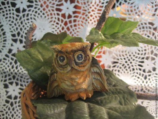 Сову можно посадить на листья комнатного  растения или украсить специально составленный декоративный букет из веточек . листьев, сухоцветов