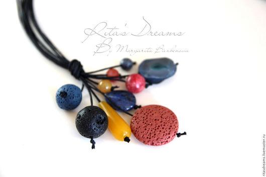 Длинная подвеска на черном вощеном шнуре представляет из себя гроздь прекрасных камней синего, желтого, темно-розового и черного цветов.