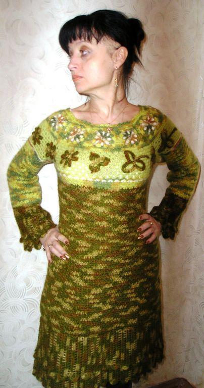 Платье декорировано элементами ирландского кружева в виде аппликаций.