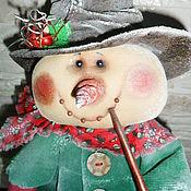 Куклы и игрушки ручной работы. Ярмарка Мастеров - ручная работа Кукла. Снеговик с трубкой (в зеленом). Handmade.