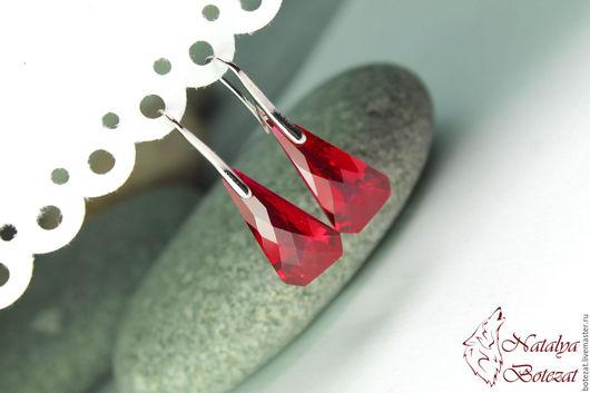 Серьги с крупными большими ювелирными камнями красными гранеными топазами на монолитных крючках с родиевым покрытием. Подарок маме подруге женщине коллеге купить