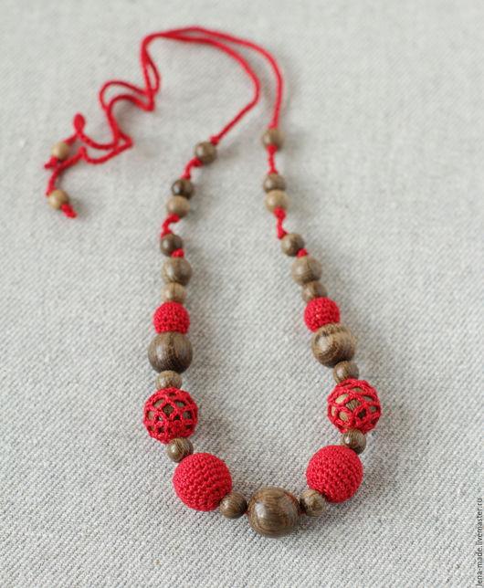 Деревянные бусы `Кармен` из мореного дуба с вязаными красными бусинами. Вязаные бусы. Силнгобусы красные.