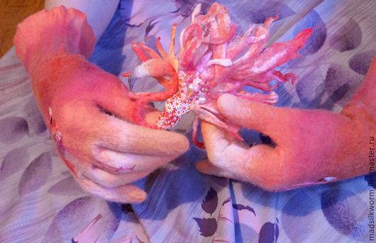 """Варежки, митенки, перчатки ручной работы. Ярмарка Мастеров - ручная работа. Купить """"Розовый Фламинго"""" перчатки и брошь комплект. Handmade."""