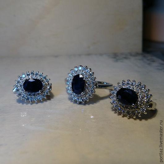 Серебряный комплект украшений ручной работы из серег и кольца с натуральным темно-синим сапфиром и двумя рядами фианитов - еще одна вариация на тему помолвочного кольца принцесс Дианы и Кейт.