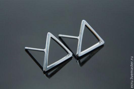 Серьги пусеты Треугольник, родиевое покрытие , фурнитура Южная Корея
