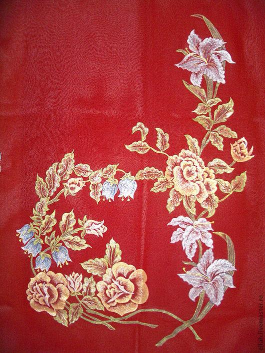 на насыщенном терракотовом фоне золотые,серебряные и голубоватые цветы