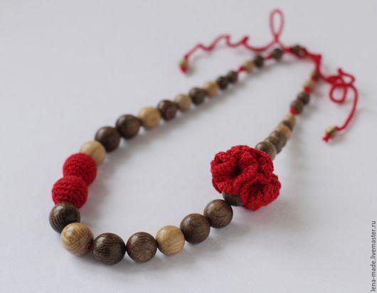 Деревянные бусы из натурального мореного дуба с вставками из обыкновенного дуба, украшенные вязаными бусинами и цветком. Красные вязаные бусы.