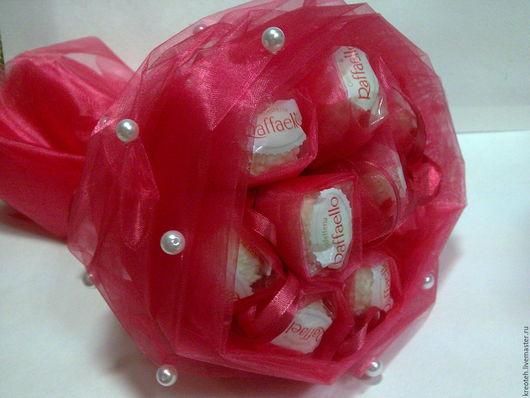 1. Букет в органзе-для данного букета была использована коробка конфет 15 шт. Диаметр букета ок. 35см.