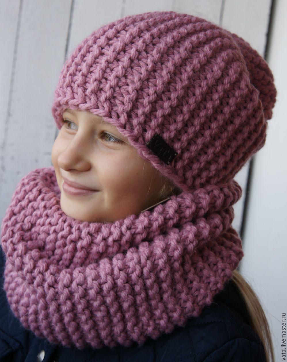 Вязаный комплект: шапка с цветами и снуд спицами. Описание