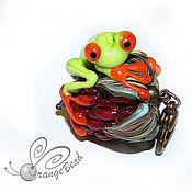 """Украшения ручной работы. Ярмарка Мастеров - ручная работа Кулон """"Лягушонок на малинке"""", лэмпворк. Handmade."""