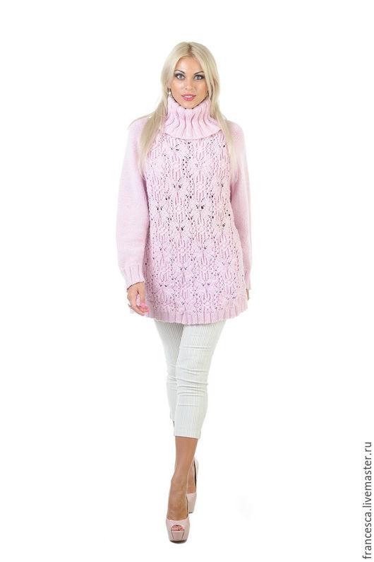 Кашемировое платье-свитер ручной вязки бледно-розового цвета с воротником под горло - тренд сезона осень\зима Модель: Anna Nox Фото: Serge Grek, grekfoto@gmail.com