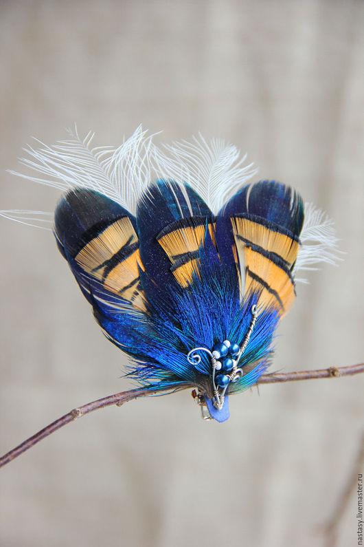 Синяя заколка с перьями `Крыло бабочки` Авторские украшения из перьев. Анастасия Николаева.