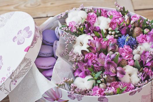 Букеты ручной работы. Ярмарка Мастеров - ручная работа. Купить Подарочная коробка с цветами и macarons. Handmade. Сиреневый, сладости