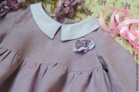 Декоративная розочка украшает платье и делает его нарядным на каждый день/
