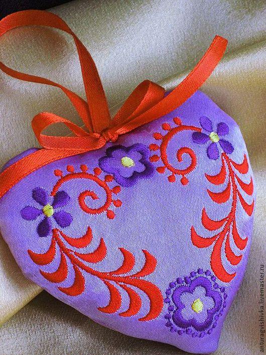 """Ароматическое саше """"Волшебный завиток"""" выполнено в форме сердечка, украшено машинной вышивкой. Ароматическое саше """"Волшебный завиток""""  - чудесный подарок к 8 Марта."""