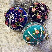 """Подарки к праздникам ручной работы. Ярмарка Мастеров - ручная работа """"Новогодние шары вышитые лентами"""" набор из 3-х шаров. Handmade."""