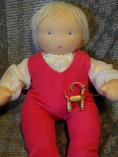Ползуночки у куклы - на кнопочках, под ними - марлевый подгузничек.