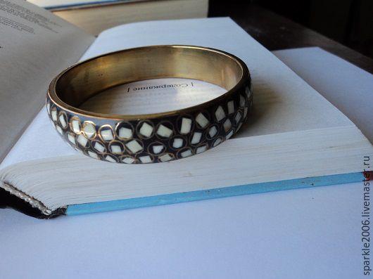 Двойной браслет - внутренняя сторона браслета из латуни, наружная-белый агат с ювелирной смолой.