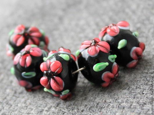 Бусины лэмпворк Цветы на черном -  шарик Стеклянные бусины формы шарик с цветами в технике лэмпворк | lampwork для использования в сборке браслетов, колье и бус, сережек