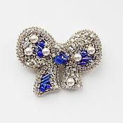 Брошь-булавка ручной работы. Ярмарка Мастеров - ручная работа Брошь-булавка для женщины Бант из бисера, серебристо-синяя. Handmade.