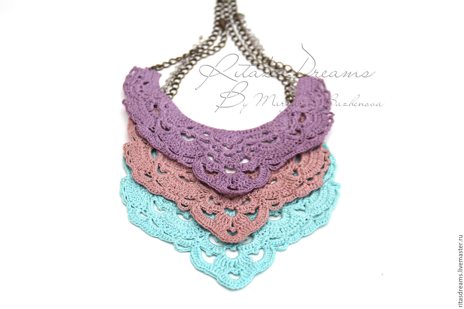 Openwork necklace made of linen crochet on a chain available in three colors: lilac, dusty pink and turquoise blue.