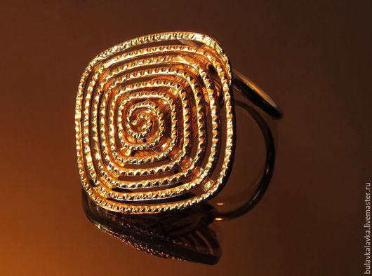 Это украшение отличается простым, элегантным и в то же время эффектным дизайном! Изящный золотой завиток, германского бренда Western Germany.