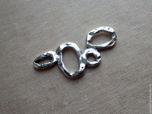Фурнитура для создания украшений - коннектор подвеска для серег, кулона, колье или браслета. Цвет коннектора - античное серебро. Размер коннектора 3,6х1,6 см