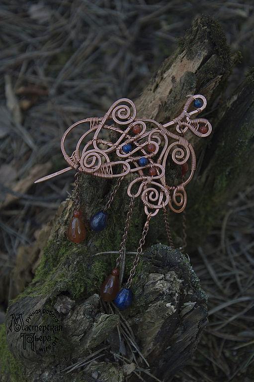 Изготовлена из медной проволоки и бусин натурального камня - сердолик и лазурит. Может использоваться как брошь или как заколка для волос