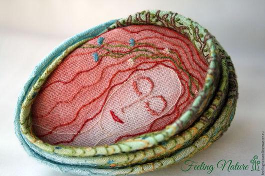 Оригинальная бохо брошь из ткани с вышивкой Лесная Дева, лесная тень, зеленые травы, нежная девушка. Feeling Nature броши серьги кулоны. Ярмарка мастеров