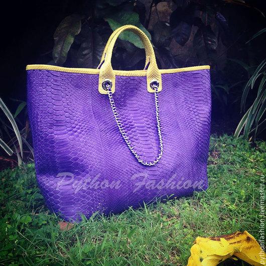 Сумка из питона. Большая сумка тоут из кожи питона. Вместительная сумка из питона на плечо. Оригинальная сумка тоут из питона. Яркая двухцветная сумка из питона. Женская сумка шопер из питона на весну
