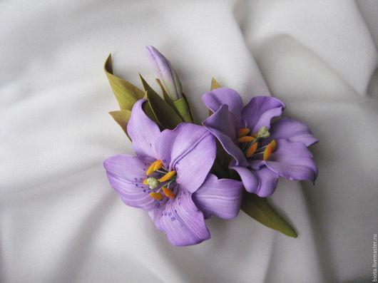 Брошь с сиреневыми лилиями ручной работы из фоамирана. Купить украшение с сиреневыми цветами на Ярмарке Мастеров. Сиреневый, оливково-зеленый - приглушенные пастельные тона. Брошь из сиреневых цветов.