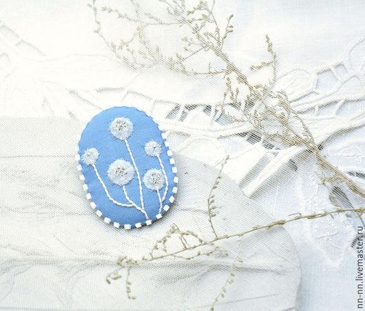 Броши ручной работы. Ярмарка Мастеров - ручная работа. Купить Брошь с вышивкой Снежный букет / брошь вышитая белая голубая. Handmade.