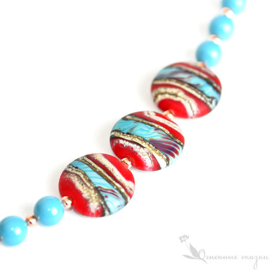 Яркий бохо браслет стекло лэмпворк (Lampwork) ручной работы и медь. Красный, голубой, коралловый, бирюзовый, перья, в отпуск, на прогулку. Подарок  день рождения, новый год, любимой, подруге, сестре
