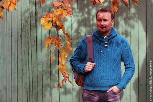 мужской свитер связан узором с косами
