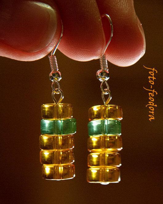 Солнечные желтые сережки из стекла. Использованы плоские бусины-таблетки желтого и зеленого цвета.. Можно поставить серебряные крючки или швензы.