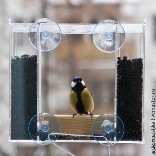 Оконная кормушка для птиц `Эльбрус` крепится на стекло с помощью присосок.