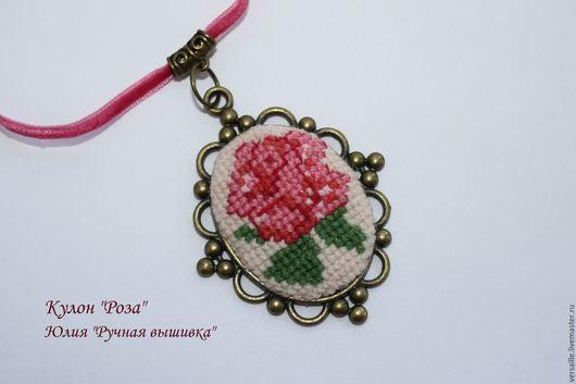 кулон, колье, подвеска с розой, вышитая роза, бижутерия с вышивкой, бижутерия с розой, большая роза