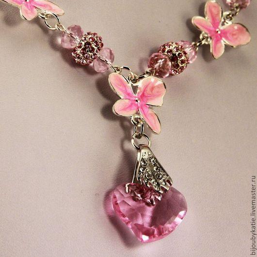 Колье на цепочке с подвеской Сердце из розового граненого стекла в сочетании с металлическими бусинами с розовыми стразами и коннекторами орхидея