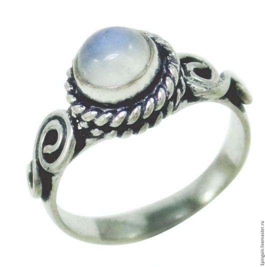 Серебряное кольцо с  лунным камнем. Размер 18