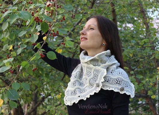 Шарфы и шарфики ручной работы. Ярмарка Мастеров - ручная работа. Купить Вязаный ажурный шарф снуд серый и белый, рисунок волны. Handmade.